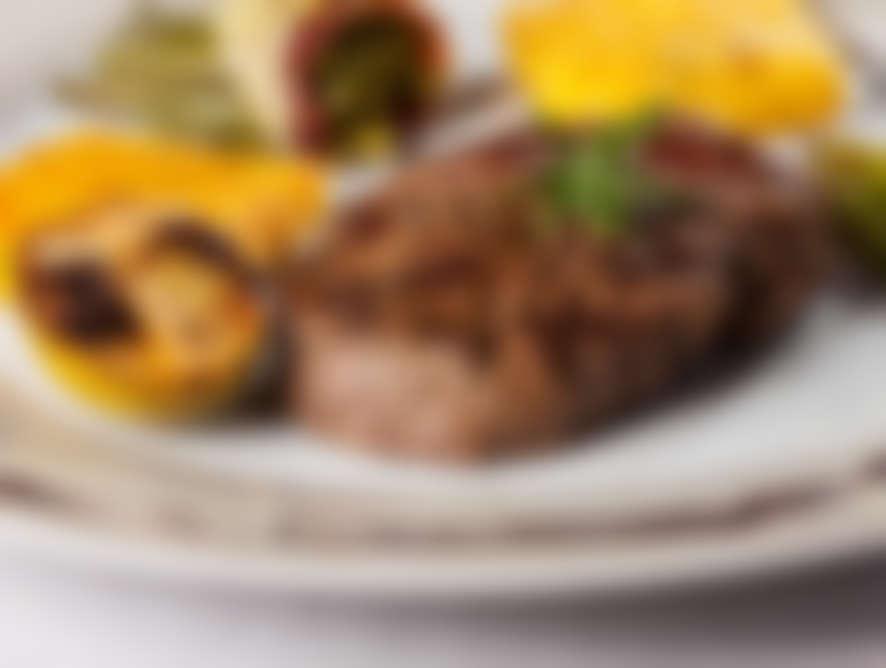 WIENER SCHNITZEL - von der Schweinskarreerose - mit bunter Salatschüssel