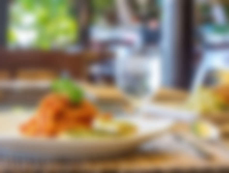 SPARE RIBS - mit Ofenkartoffel, Sauerrahm - Kräutersauce und Salatteller